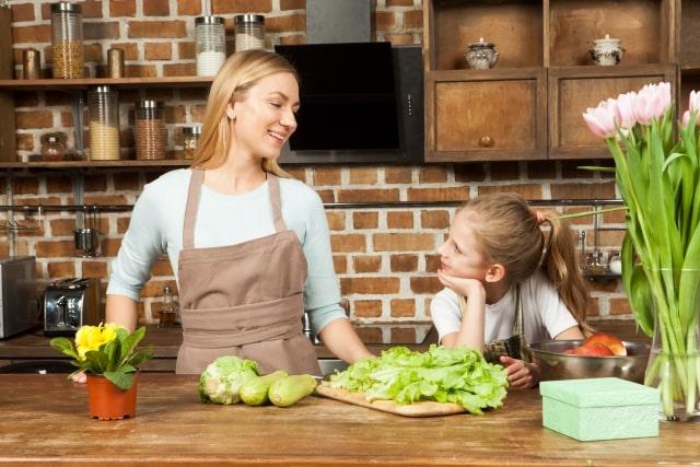 料理をする母と娘の画像