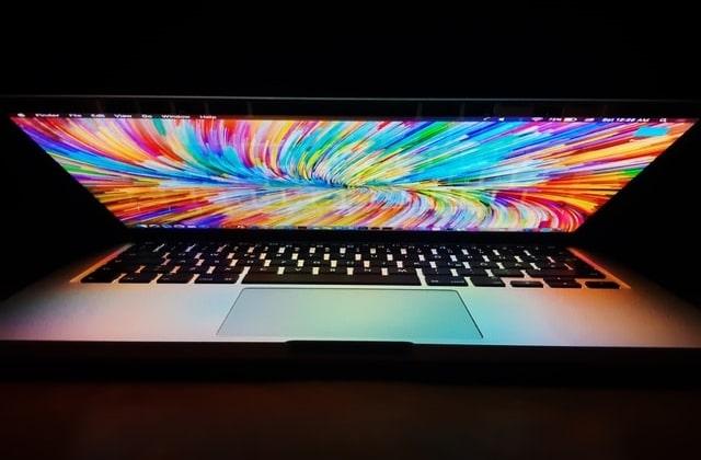 パソコンが発光する画像